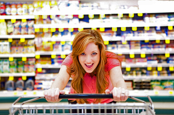 woman-grocery-shopping-600